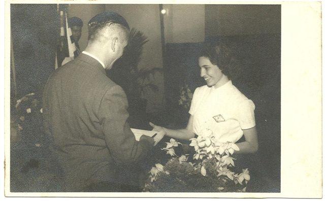 https://ieccmemorias.files.wordpress.com/2012/04/libania-raul-schwinden-na-entrega-dos-diplomas-1956.jpg?w=640