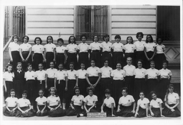 Beth: a quarda aluna da direita para a esquerda na imagem(fileira do meio)