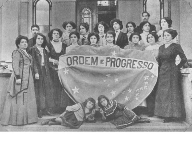 14- Alunas com parte da bandeira bordada por elas_1909