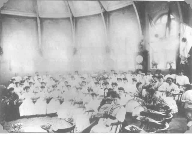 1895- Alunas no antigo anfiteatro_1895
