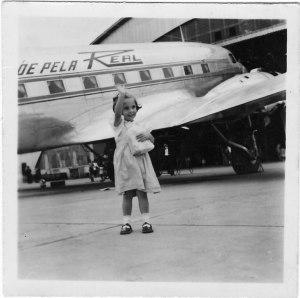 Wilma devant avion