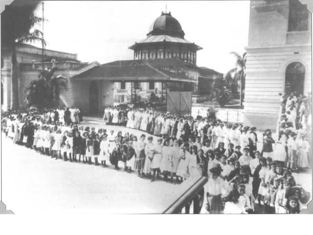 1900 Entrada das alunas da Escola Modelo e Escola Normal por volta de 1900